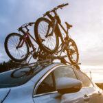 Rowery zamocowane na bagażniku dachowym samochodu