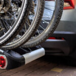 Rowery zamocowane na bagażniku na hak