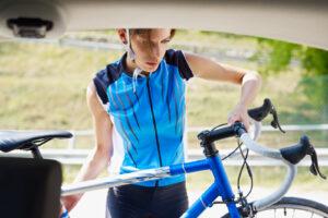 Rowerzysta przewożący rower samochodem